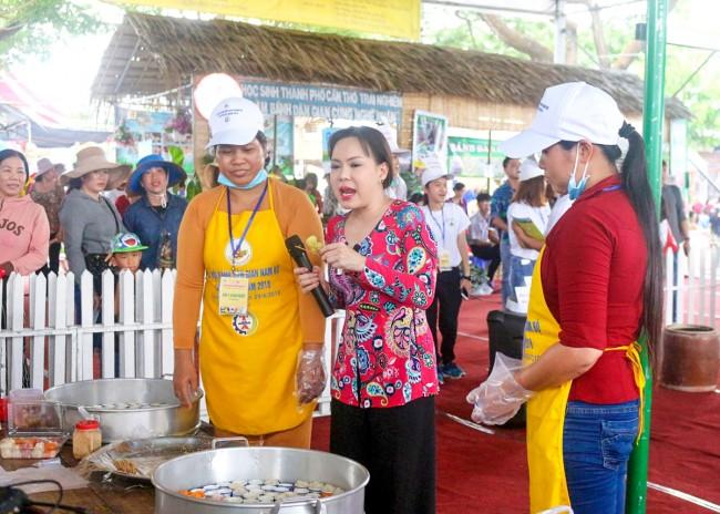 Nghệ sĩ Việt Hương (ảnh, giữa) tìm hiểu và trải nghiệm với bánh bò cơm rượu.