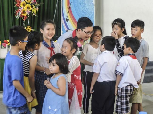 """Trẻ em là con gia đình người khuyết tật được vui chơi tại Chương trình """"Mùa hè của em"""" do Hội Người khuyết tật TP Cần Thơ phối hợp với Đoàn Trường THPT Nguyễn Việt Dũng tổ chức."""