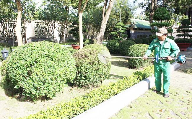 Quận Bình Thủy cũng đang triển khai thực hiện duy tu, chăm sóc cây xanh, tạo cảnh quan đón lễ, Tết trên nhiều tuyến đường của quận và các khu vực có cây xanh. Trong ảnh: Duy tu, chăm sóc cây xanh trong khuôn viên Khu tưởng niệm Thủ khoa Bùi Hữu Nghĩa.