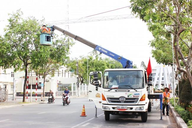 Công nhân đang gấp rút thi công sớm hoàn thành đường đèn nghệ thuật Cần Thơ.