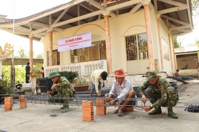 Các lực lượng tham gia xây dựng hàng rào đình thần Nguyễn Trung Trực.
