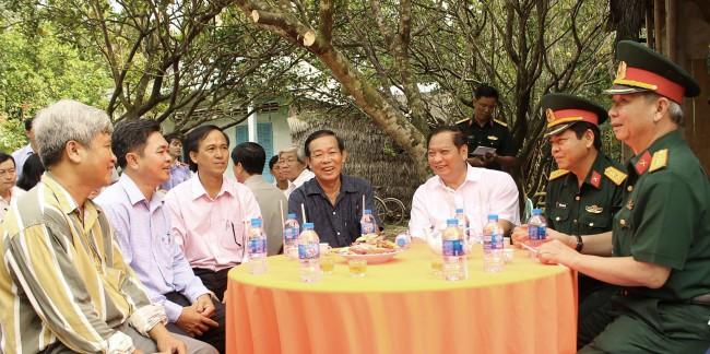 Đồng chí Trần Quốc Trung, Ủy viên Trung ương Đảng, Bí thư Thành ủy (thứ 3 từ phải qua) và Ban Tổ chức Tết Quân Dân đến thăm gia đình cựu chiến binh Nguyễn Công Khanh (bìa trái).