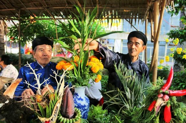 Hai lão nghệ nhân đến từ Bình Thủy trình diễn trưng kết trái cây ngày Tết.