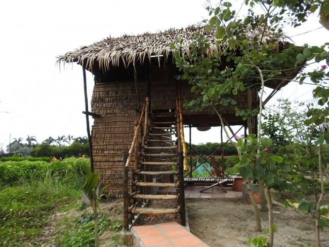 Riêng mỗi căn phòng, ông Phong thiết kế theo hướng mở, gần gũi với thiên nhiên. Tầng dưới gồm phòng khách và toilet; tầng trên là phòng ngủ.