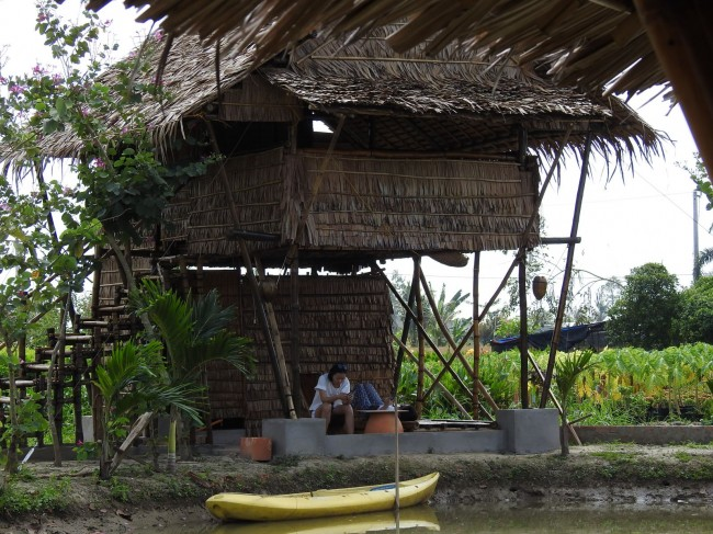 Hiện khu nhà nghỉ của ông Phong đã hoàn thiện với các bungalow và 1 nhà ăn trung tâm, toàn bộ được làm bằng tre. Sắp tới ông Phong dự định thiết kế và xây dựng một dãy phòng dành cho khách đoàn, có sân sinh hoạt chung, có vườn rau, chỗ tắm nắng cho du khách…