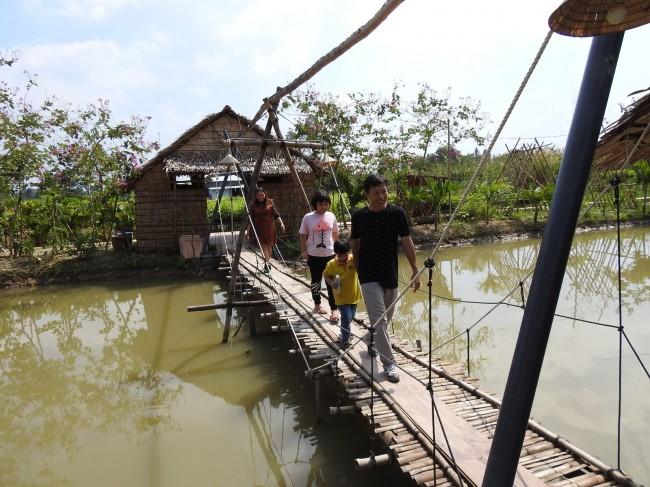 Cầu nối giữa các nhà nghỉ, vật dụng trong nhà đều được làm bằng tre gần gũi với thiên nhiên nên du khách rất thích thú khi trải nghiệm tại đây.
