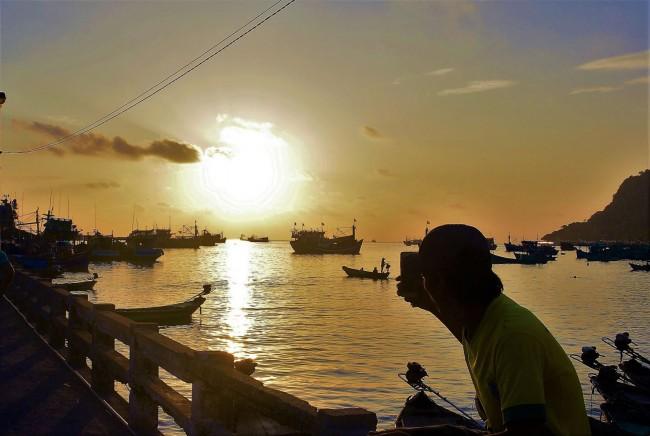 Nếu lưu trú, du khách có thể thưởng thức cảnh bình minh và hoàng hôn đậm sắc màu cuộc sống miền biển. Chiều tối, cuộc sống người dân vẫn còn khá sôi động. Về ẩm thực, đặc trưng nơi đây có đa dạng các loại hải sản tươi sống.
