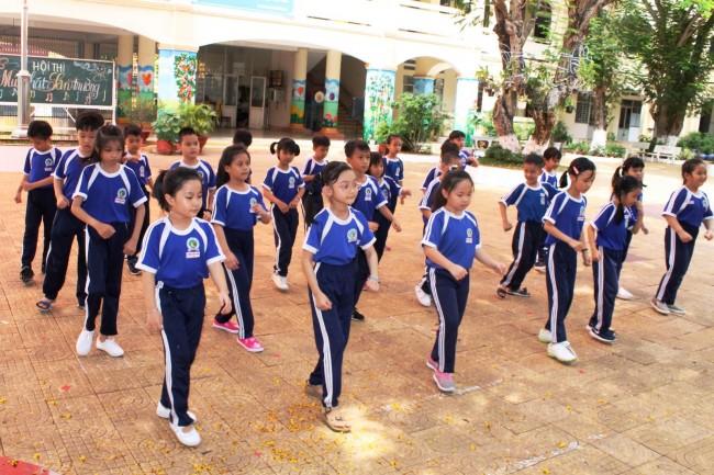 Trang phục biểu diễn là đồng phục đi học, đồng phục thể dục hoặc các trang phục có màu sắc khác, gọn gàng, khỏe mạnh, phù hợp với lứa tuổi học sinh