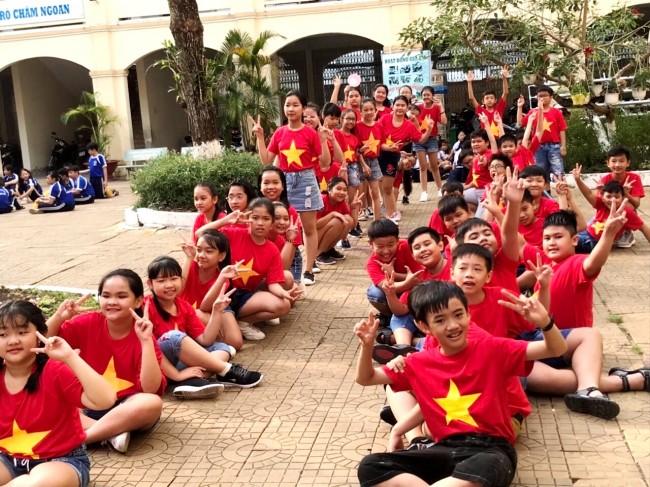 Những giây phút ngoài lề hội thi, các học sinh đầy tinh thần hứng khởi
