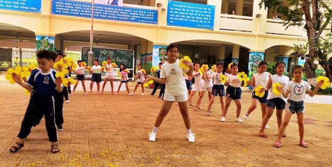 Dân vũ là múa tập thể trên các nền nhạc sôi động phổ biến của Việt Nam và các nước trên thế giới, như: Rửa tay, Té nước, Doreamon, Chicken dance, Trống cơm, Việt Nam ơi, Nối vòng tay lớn, Lên đàng…