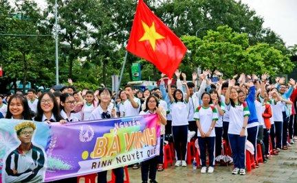 Khán giả Cần Thơ đội mưa cổ vũ chung kết Đường lên đỉnh Olympia
