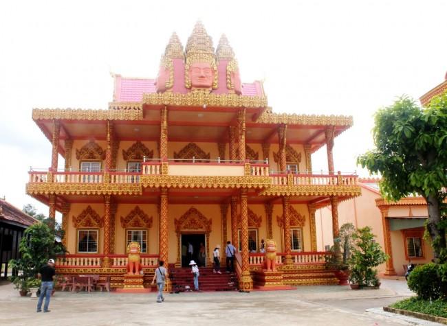 Bạc Liêu hội tụ văn hóa của 3 dân tộc Kinh - Hoa - Khmer. Trong đó, bản sắc văn hóa Khmer thể hiện đậm chất qua những ngôi chùa và các loại hình biểu diễn nghệ thuật. Trong ảnh:  Chùa Xiêm Cán ở xã Hiệp Thành, TP Bạc Liêu.