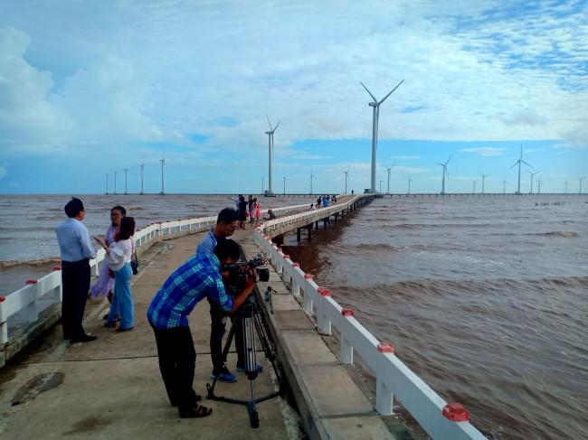 Ngoài ra, nhiều du khách cũng thích đến Khu Điện gió Bạc Liêu, ở xã Vĩnh Trạch Đông, nơi được Hiệp hội Du lịch ĐBSCL công nhận là Điểm Du lịch tiêu biểu ĐBSCL.