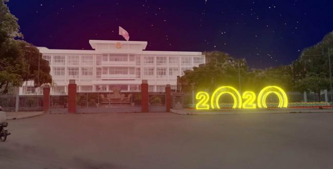 Điểm nhấn với con số 2020 trước cổng UBND thành phố.