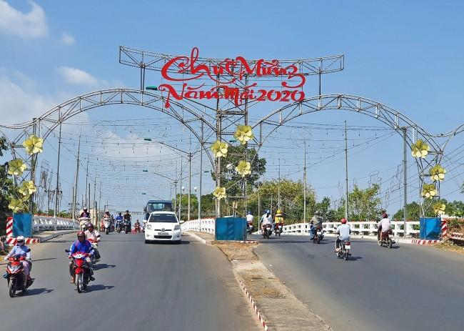 Quận Bình Thủy trang trí cổng chào mừng năm mới trên cầu Bình Thủy.