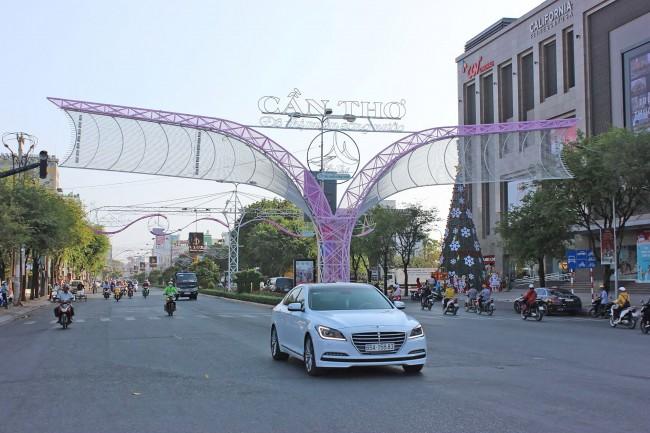 Điểm giao giữa đường 30-4 và đường Trần Văn Hoài được trang trí hiện đại.
