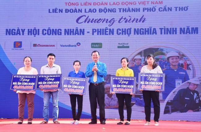 Ông Trần Văn Tám, Chủ tịch LĐLĐ TP Cần Thơ, trao bảng tượng trưng tặng 5 Mái ấm công đoàn (40 triệu đồng/căn) cho công đoàn viên, người lao động khó khăn về nhà ở.