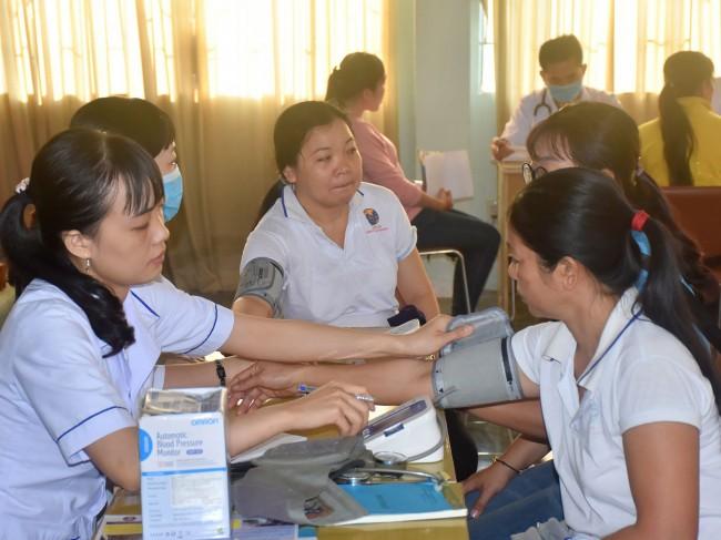 Các bác sĩ Đội Thầy thuốc tình nguyện ngành y tế TP Cần Thơ tư vấn sức khỏe, khám bệnh, cấp thuốc miễn phí cho 500 đoàn viên, người lao động.