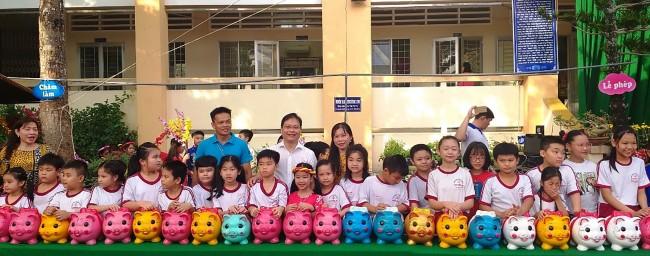 Mổ heo đất hỗ trợ học trò có hoàn cảnh khó khăn ở Trường Tiểu học Nguyễn Du (quận Ninh Kiều)