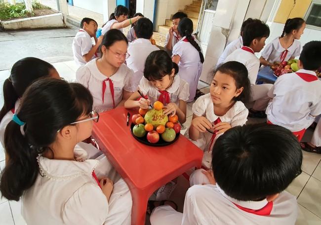 Học sinh Trường Tiểu học Trần Quốc Toản trang trí mâm ngũ quả chưng Tết