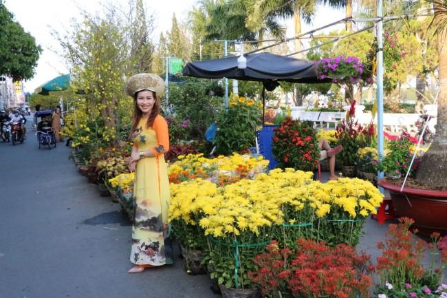Chợ hoa ở Bến Ninh Kiều cũng là địa điểm được nhiều bạn trẻ lựa chọn ghi lại những kỷ niệm đẹp.