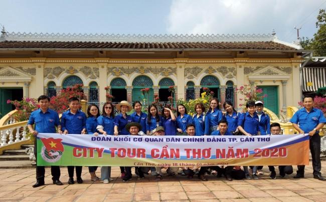 """Trước đó, với mong muốn quảng bá du lịch thành phố, Đoàn khối Cơ quan Dân Chính Đảng TP Cần Thơ tổ chức """"City Tour"""" tại các điểm di tích lịch - văn hóa, điểm du lịch đặc trưng của thành phố."""