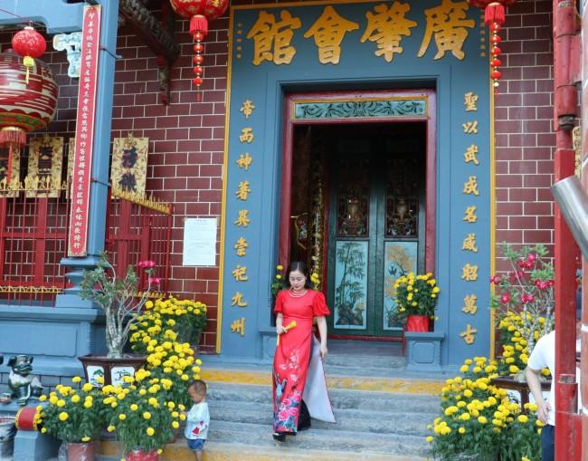 Các cô gái trong trang phục áo dài tạo nên nét nghiêm trang đi lễ chùa mang đậm giá trị truyền thống. Trong ảnh: Ngày xuân đi lễ chùa Ông (quận Ninh Kiều, TP Cần Thơ).