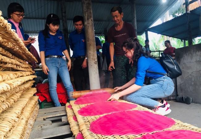 Các bạn trẻ cùng trải nghiệm làm nghề truyền thống tại xã Mỹ Khánh, huyện Phong Điền, TP Cần Thơ.