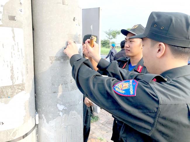 Đoàn Thanh niên Bộ Tư lệnh Cảnh sát cơ động ra quân dọn dẹp vệ sinh, tháo gỡ biển quảng cáo trái phép trên đường Võ Nguyên Giáp, phường Phú Thứ, quận Cái Răng.