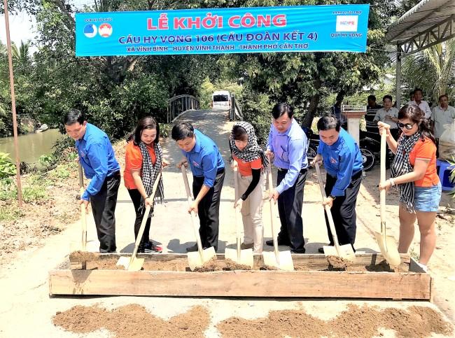 Huyện đoàn Vĩnh Thạnh phối hợp với Ủy ban Hội Liên hiệp Thanh niên TP Cần Thơ khởi công xây dựng công trình cầu giao thông tại xã Vĩnh Bình, tạo điều kiện lưu thông thuận lợi và an toàn.