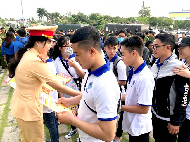Cán bộ, chiến sĩ trẻ Công an TP Cần Thơ phát tờ rơi tuyên truyền phòng chống dịch COVID-19 cho sinh viên các trường đại học, cao đẳng.