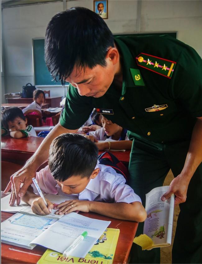 """Nhiều học sinh nghèo được hỗ trợ theo chương trình """"Nâng bước em đến trường"""" và theo học tại lớp học tình thương của BĐBP."""