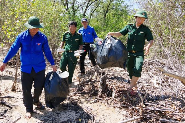Tuổi trẻ các đơn vị thường xuyên phối hợp địa phương có nhiều hoạt động thiết thực bảo vệ môi trường. Trong ảnh: Thu gom rác tại địa bàn Đồn BP Tam Giang Tây.