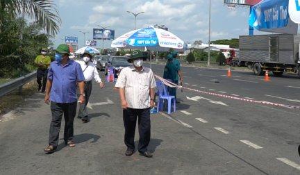 Lãnh đạo thành phố thăm hỏi lực lượng tại các trạm kiểm soát y tế