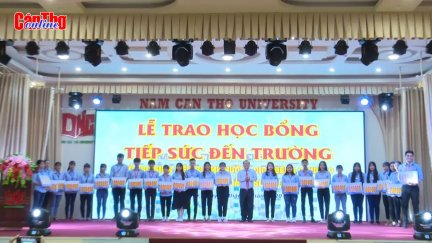 Đại học Nam Cần Thơ trao học bổng tiếp sức đến trường