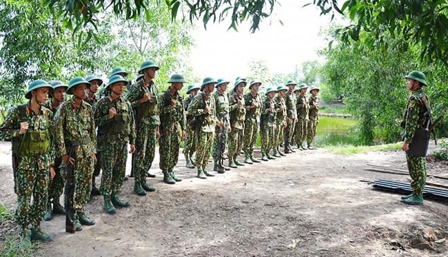 Tại vị trí tập kết, cán bộ huấn luyện phổ biến cho chiến sĩ nắm thật chắc các yêu cầu quy định lên xuống xuồng.