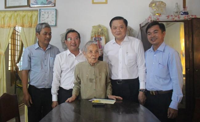 Ông Dương Tấn Hiển, Ủy viên Ban Thường vụ Thành ủy, Phó Chủ tịch Thường trực UBND thành phố, cùng lãnh đạo quận Cái Răng thăm, chúc Tết Mẹ Việt Nam Anh hùng Nguyễn Thị Nhung, phường Ba Láng.