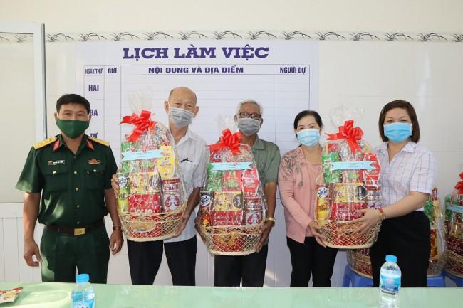 Đại diện lãnh đạo Ủy ban MTTQVN quận Cái Răng (bìa phải) và Ban Chỉ huy Quân sự quận trao quà Tết cho các hộ dân tộc thiểu số tiêu biểu, các vị có uy tín trong đồng bào dân tộc.