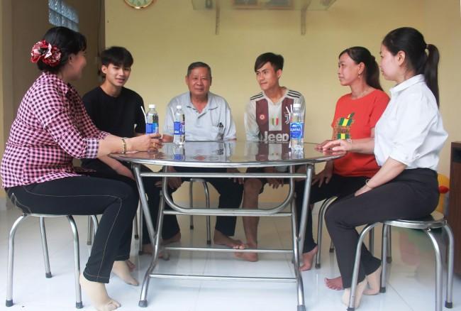 Cán bộ Mặt trận, đoàn thể, Ban Công tác Mặt trận khu vực 6, phường Hưng Thạnh thăm gia đình em Võ Phú Trọng Tâm (thứ hai, từ trái qua) viết đơn tình nguyện xin nhập ngũ năm 2021.