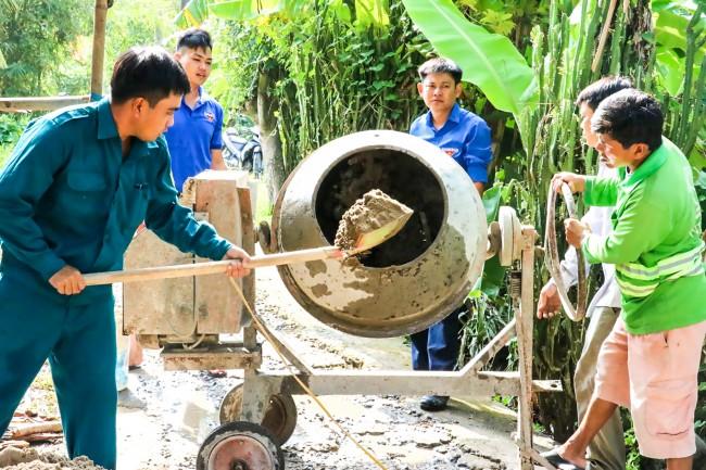 Tuổi trẻ các địa phương thực hiện nhiều công trình sửa chữa, xây dựng đường giao thông. Trong ảnh: Xã đoàn Trường Xuân, huyện Thới Lai, nâng cấp đường giao thông ở ấp Thanh Nhung.