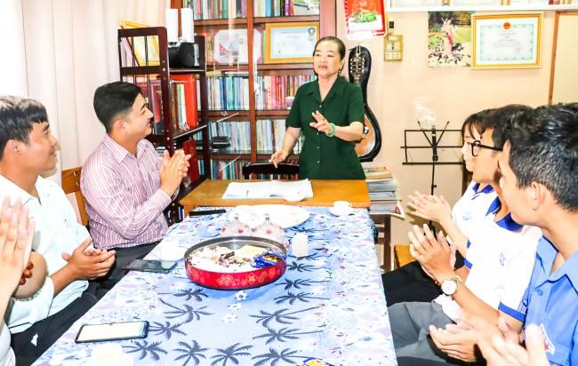 Mỗi quận, huyện đoàn và tương đương đều tổ chức ít nhất 1 hoạt động giáo dục truyền thống cho thế hệ trẻ. Trong ảnh: Đoàn Trường Đại học Kỹ thuật - Công nghệ Cần Thơ thăm và giao lưu với bà Lê Hồng Đào, cựu Thanh niên xung phong ở phường Cái Khế, quận Ninh Kiều.