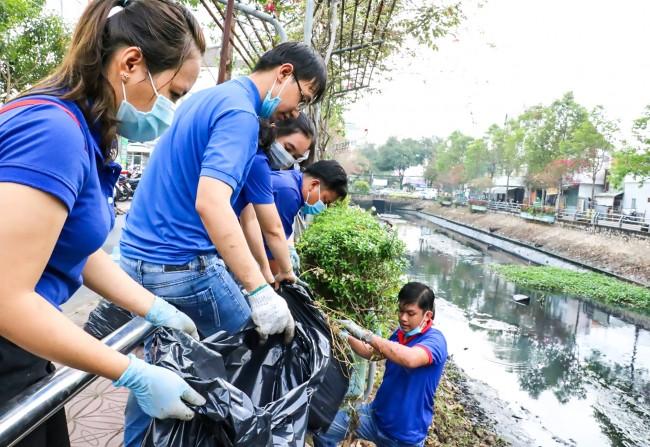 Các hoạt động xung kích bảo vệ môi trường, nếp sống văn minh đô thị được tuổi trẻ thành phố quan tâm thực hiện. Trong ảnh: Đoàn viên, thanh niên quận Ninh Kiều ra quân khai thông rạch Tham Tướng, phường An Phú.