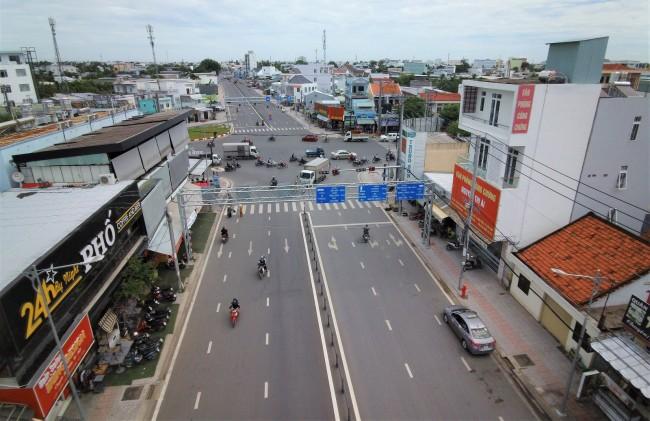 Đường Trần Hoàng Na (đoạn từ đường Nguyễn Văn Cừ đến cầu Trần Hoàng Na) đã thông xe chào mừng lễ 30-4 vừa qua. Đây cũng là công trình ưu tiên thuộc Dự án 3, tuyến đường có chiều dài tuyến hơn 2,63km, lộ giới rộng 20-28m tùy đoạn. Đường Trần Hoàng Na giúp giảm tải lưu lượng giao thông cho tuyến đường Nguyễn Văn Linh, cùng với công trình cầu Trần Hoàng Na khi hoàn thành sẽ kết nối khu vực quận Ninh Kiều với Khu đô thị Nam Cần Thơ, góp phần hoàn thiện kết cấu hạ tầng, thúc đẩy phát triển kinh tế -