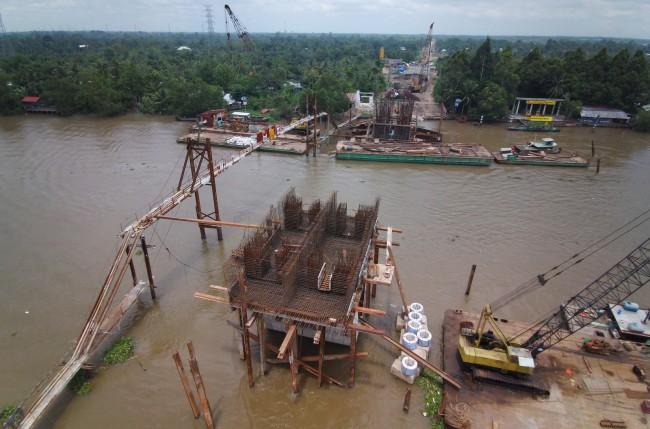 Dự án cầu Vàm Xáng và đường nối từ cầu Vàm Xáng đến quốc lộ 61C (huyện Phong Ðiền) có tổng mức đầu tư gần 450 tỉ đồng, thời gian thực hiện 2019-2023. Công trình có tổng chiều dài tuyến hơn 3,29km, với 3 nhánh tuyến. Trong đó, nhánh chính dài hơn 2,45km (từ giao với đường Nguyễn Văn Cừ bắc qua sông Cần Thơ nối vào quốc lộ 61C), trên tuyến có cầu Vàm Xáng, cầu Xà No Cạn, cầu Hòa Hảo và 3 cống. Nhánh nối 1 dài 363m, từ điểm đầu giao với đường tỉnh 923 đến đường Nguyễn Văn Cừ. Nhánh nối 2 dài 505m,