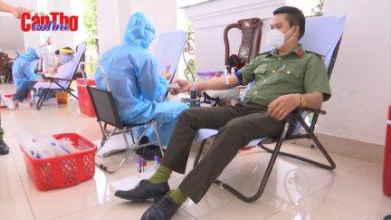 """Công an thành phố Cần Thơ tổ chức hiến máu tình nguyện """"Một giọt máu - Triệu tấm lòng"""""""