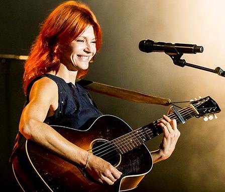Nữ danh ca người Bỉ Axelle Red biểu diễn  tại Đại học Cần Thơ vào tối 19-3