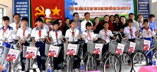 Trao học bổng và xe đạp cho học sinh nghèo, vượt khó huyện Cờ Đỏ