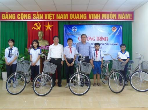 Tặng xe đạp cho trẻ em có hoàn cảnh khó khăn