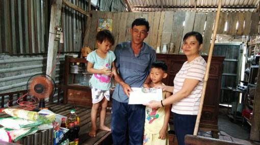 Nhóm từ thiện của chị Tuyết Lan thăm và tặng quà cho gia đình anh Út-chị Mến ở Phong Điền