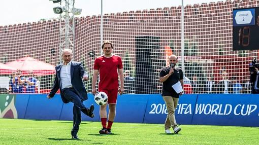 Tổng thống Putin  đá bóng giao lưu  tại Quảng trường Đỏ